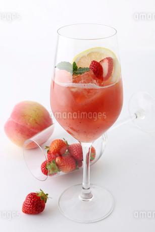 苺と桃のカクテルの写真素材 [FYI02835183]