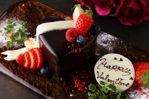 バレンタインケーキとコース料理の写真素材 [FYI02835192]