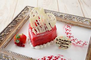 苺のバレンタインケーキ,ホワイトチョコレート乗せの写真素材 [FYI02835193]