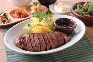 牛ハラミのステーキ定食の写真素材 [FYI02835221]