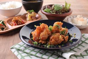 若鶏の竜田揚げ柚子塩ポン酢定食の写真素材 [FYI02835238]