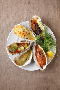5種の牡蠣プレートの写真素材 [FYI02835256]