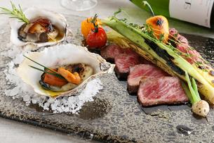 グリルした牛肉と焼牡蠣の写真素材 [FYI02835266]