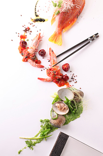 小魚とアサリの前菜の写真素材 [FYI02835278]