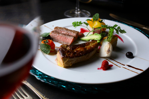 フォアグラと野崎牛のステーキの写真素材 [FYI02835283]