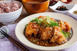 鶏の一枚揚げ定食の写真素材 [FYI02835284]