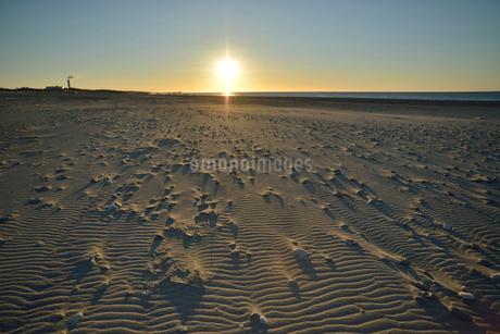 中田島砂丘の初日の出と風紋の写真素材 [FYI02835312]