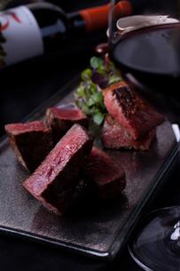 薪焼きステーキの写真素材 [FYI02835346]
