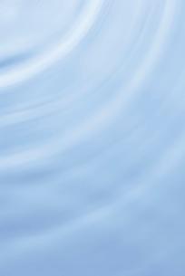 水面に広がる波紋のイメージの写真素材 [FYI02835377]