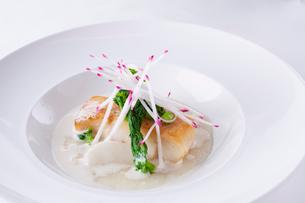 白身魚のポワレの写真素材 [FYI02835440]