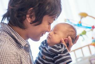 父親に抱っこされる赤ちゃんの写真素材 [FYI02835476]