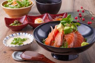 サーモンアボカド丼の写真素材 [FYI02835530]