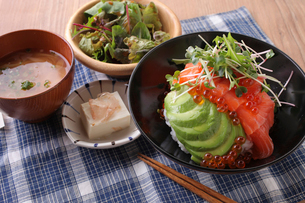 炙りサーモンといくらのアボカド丼の写真素材 [FYI02835579]