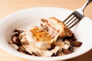 宮崎県産とりもも肉のポアレ~クリーミーきのこソース~の写真素材 [FYI02835641]