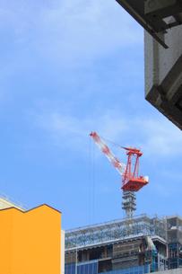 ビル建築現場とタワークレーンの写真素材 [FYI02835726]