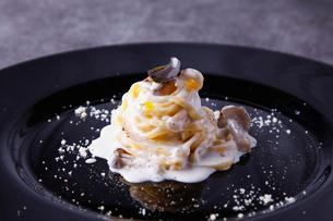 トリュフ香るポルチーニ茸のクリームソースパスタの写真素材 [FYI02835769]