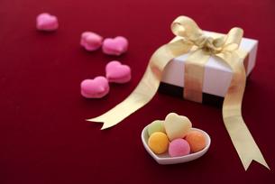 ハートのチョコレートとギフトボックスの写真素材 [FYI02835779]