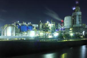 東区周辺の工場地帯の夜景の写真素材 [FYI02835799]