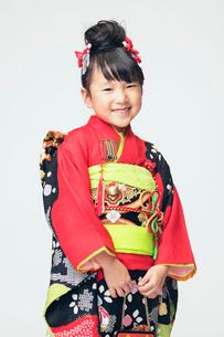 笑顔を見せる着物の女の子の写真素材 [FYI02835806]