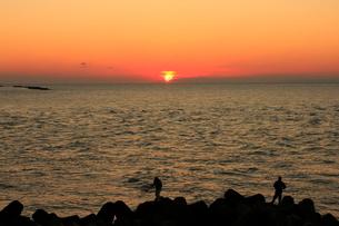 日本海夕日ラインから望む日本海に沈む夕日の写真素材 [FYI02835844]