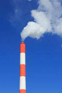 工場の煙突の写真素材 [FYI02836011]