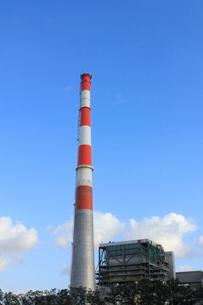 新潟火力発電所 煙突の写真素材 [FYI02836013]