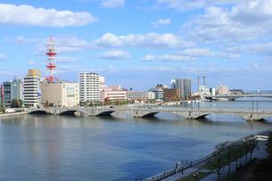 萬代橋と信濃川の写真素材 [FYI02836017]