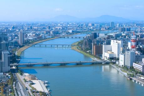 朱鷺メッセから望む信濃川と新潟市街地の写真素材 [FYI02836045]