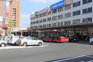 新潟市BRT 新潟駅前を走るBRT連結バスの写真素材 [FYI02836111]