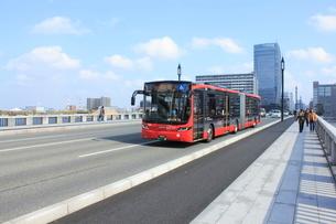 新潟市BRT 萬代橋とBRT連結バスの写真素材 [FYI02836123]