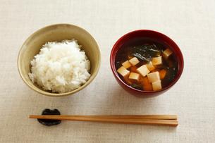 ごはんと味噌汁(豆腐とわかめ)の写真素材 [FYI02836280]