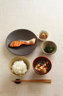 焼鮭のあさごはんの写真素材 [FYI02836297]