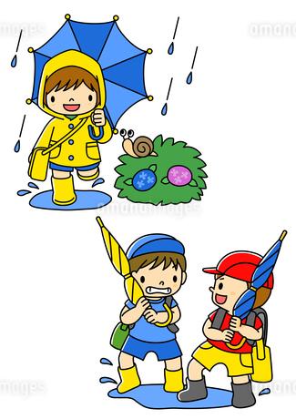 傘をさしてレインコート姿の子供と傘であそぶ小学生のイラスト素材 [FYI02836329]