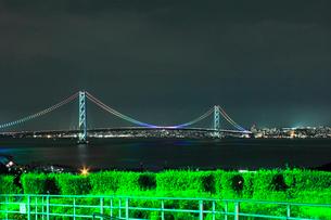 淡路SAから望む明石海峡大橋の夜景の写真素材 [FYI02836339]