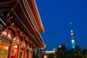 浅草寺から望む東京スカイツリーライトアップ(粋)の写真素材 [FYI02836387]