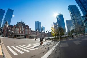 東京駅と丸の内周辺の写真素材 [FYI02836422]
