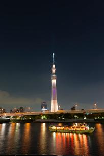 東京スカイツリーオリンピックカラーライトアップ 縦位置の写真素材 [FYI02836460]