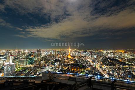 東京タワーと東京スカイツリーとレインボーブリッジと東京ゲートブリッジの夜景の写真素材 [FYI02836467]