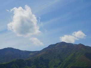 山を通過する雲の写真素材 [FYI02836473]