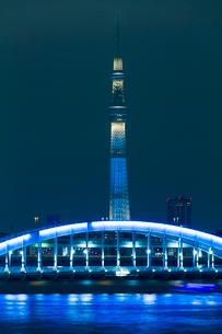 東京スカイツリーライトアップ粋と永代橋縦位置の写真素材 [FYI02836481]