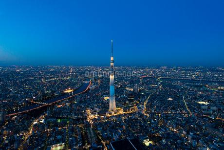 東京スカイツリー(粋)の夜景空撮の写真素材 [FYI02836501]