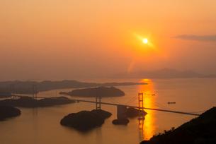 来島海峡大橋の夕日の写真素材 [FYI02836523]