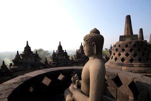 インドネシア ジャワ島 ボロブドゥール遺跡の写真素材 [FYI02836537]