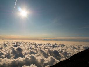 富士山頂からの太陽と雲海の写真素材 [FYI02836543]