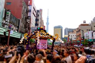 東京スカイツリーと三社祭の写真素材 [FYI02836598]