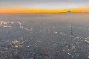 富士山と東京スカイツリーライトアップの空撮の写真素材 [FYI02836618]