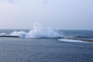 防波堤と波の写真素材 [FYI02836630]
