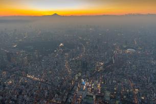 富士山と東京都心夜景マジックアワーの写真素材 [FYI02836656]