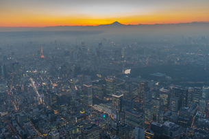 富士山と東京都心夜景マジックアワーの写真素材 [FYI02836661]