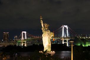 お台場から自由女神、東京タワー、レインボーブリッジを望むの写真素材 [FYI02836690]